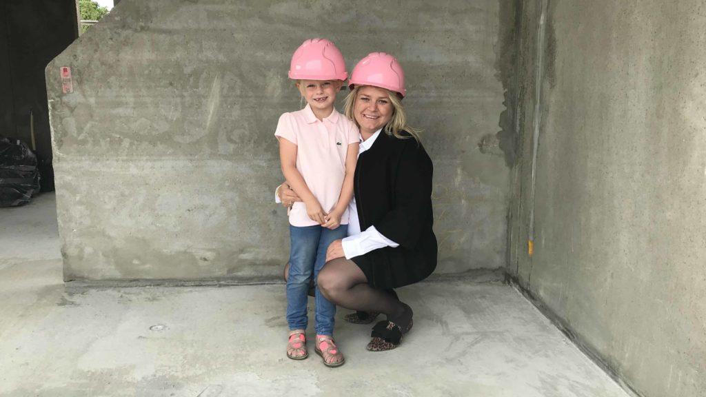 Lærke er med Mor på arbejde. Her har vi de velkendte lyserøde hjelme på.